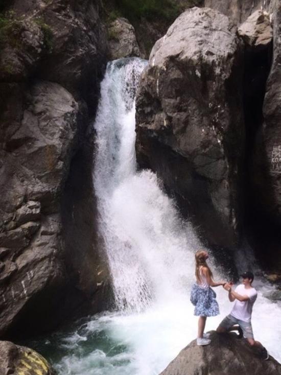 На водопаде в Бурятии парень прокричал предложение своей девушке