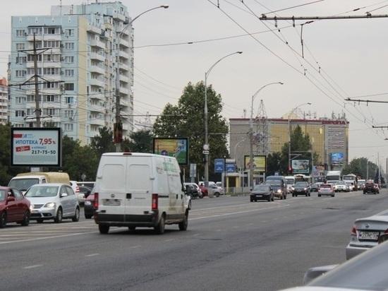 Дорогу в начале улицы Красных Партизан в Краснодаре придётся переходить в два приёма