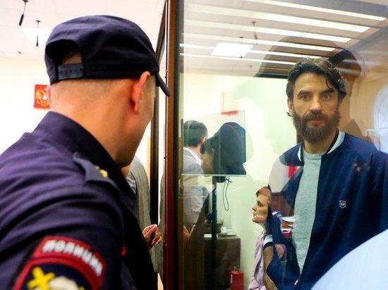 Михаила Абызова привезли в суд с перевязанными пальцами
