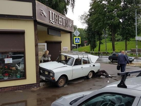 Смоленский автомобилист заехал в цветочный магазин