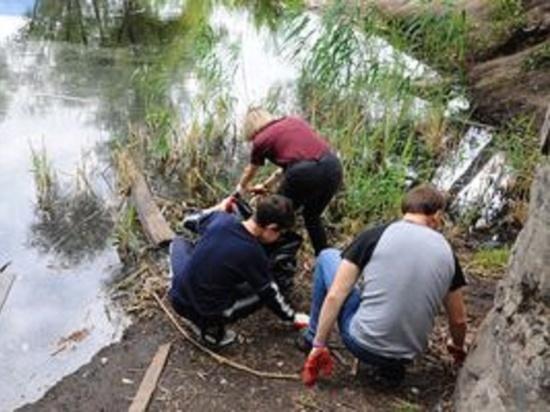 Тамбовские волонтеры очищают от мусора берег водоема