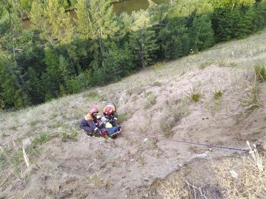 В Бурятии спасатели 50 метров тащили по склону женщину со сломанной ногой