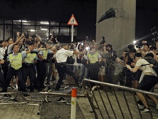Десятки протестующих нарушили движение поездов метро в Гонконге