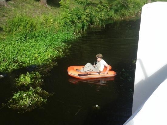 Калиниградки на надувной лодке спасли утят, провалившихся в канализационный шлюз