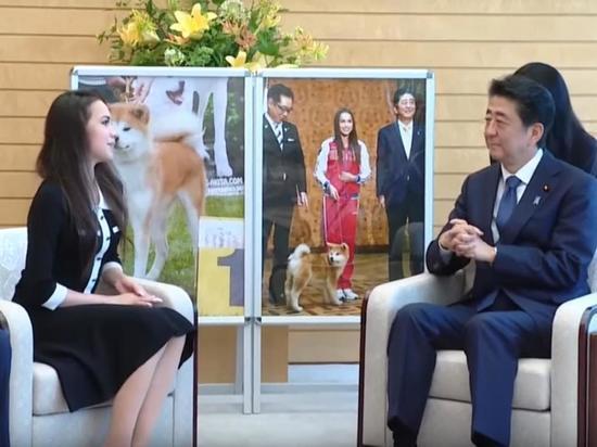 Алина Загитова подарила премьер-министру Японии плюшевую собаку