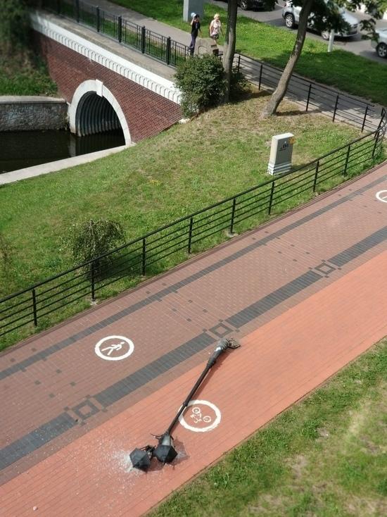 В Калининграде на Верхнем озере велосипедист случайно сшиб фонарный столб