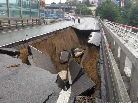 Апокалиптические ливни размыли Сочи: начала проваливаться дорога