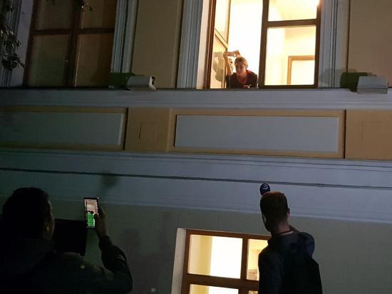 Охрана вынесла Любовь Собольиз Мосгоризбиркома на диване