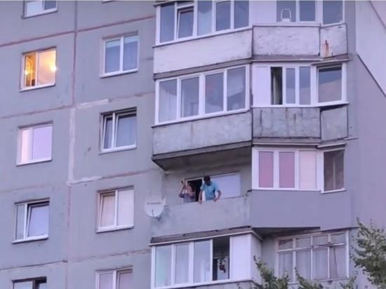 «Есть только миг»: Калининградец вышел на балкон и устроил концерт
