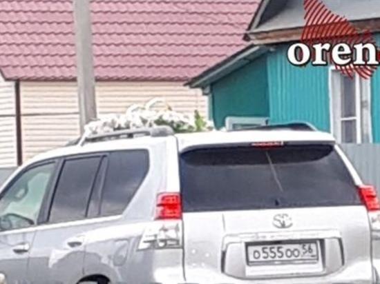 Автомобиль чиновника возглавил свадебный кортеж