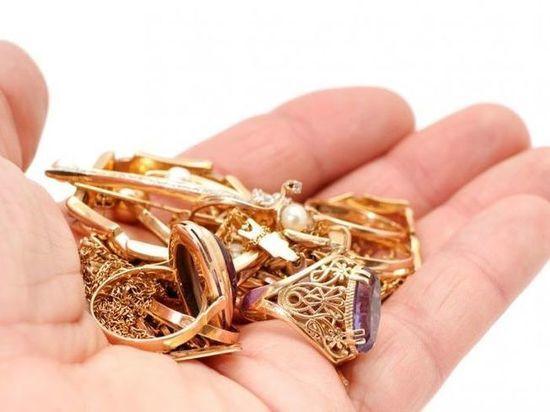 Жительница Бузулука украла золото у подруги