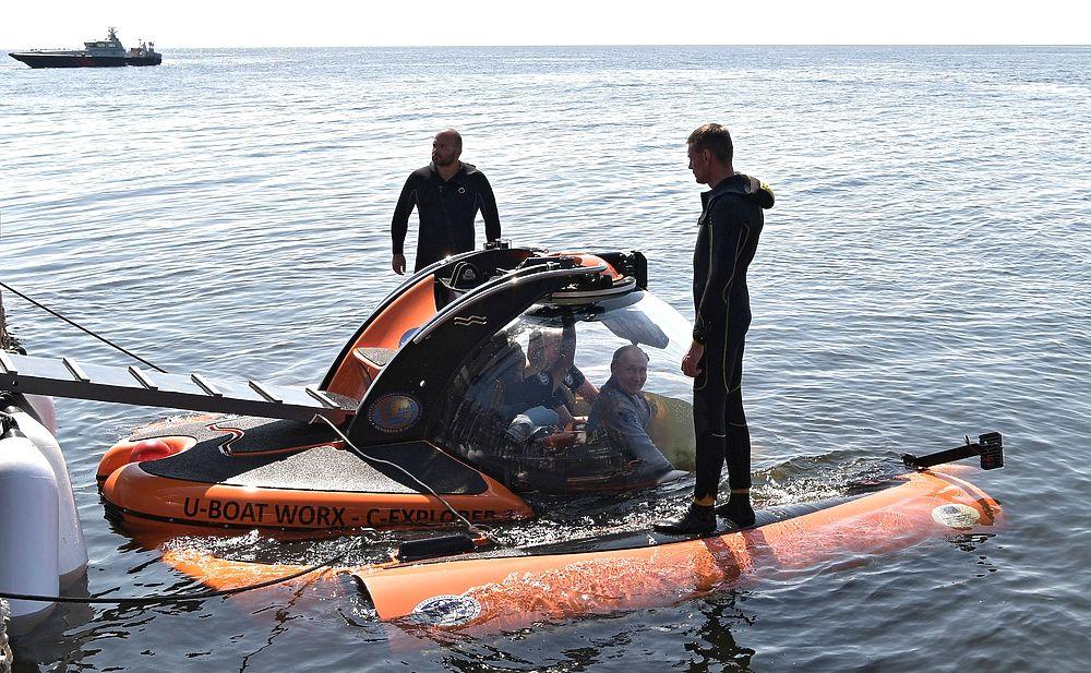 Путин ко Дню ВМФ встретился с семьями подводников и совершил погружение