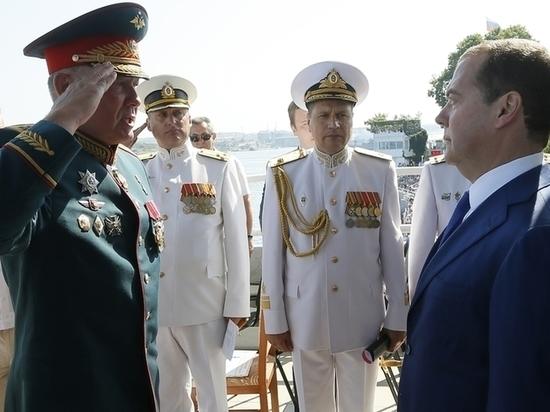 Три парада: День ВМФ разлучил премьера Медведева с женой