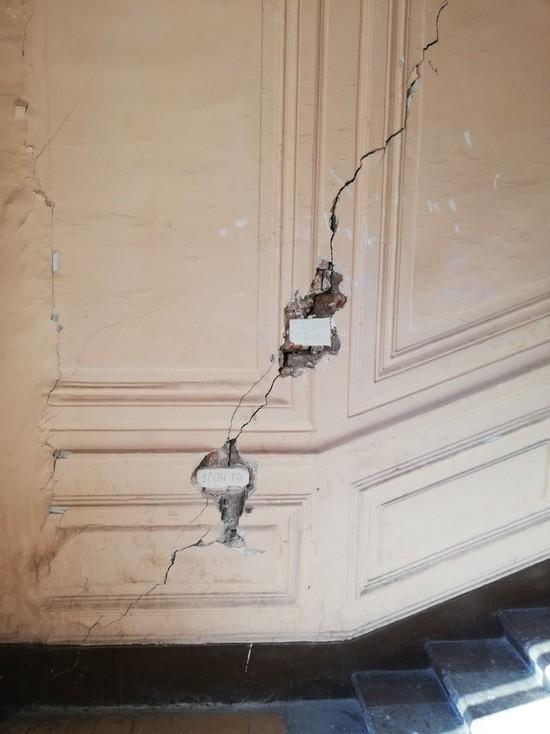 Исторический дом на улице Восстания продолжает трескаться