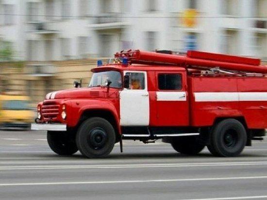 Иномарка сгорела дотла на улице в Твери