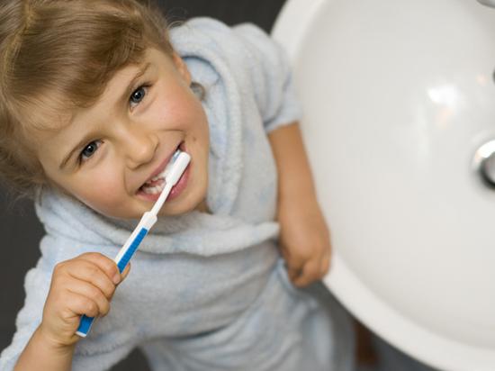 Специалисты назвали главные правила ухода за детскими зубами