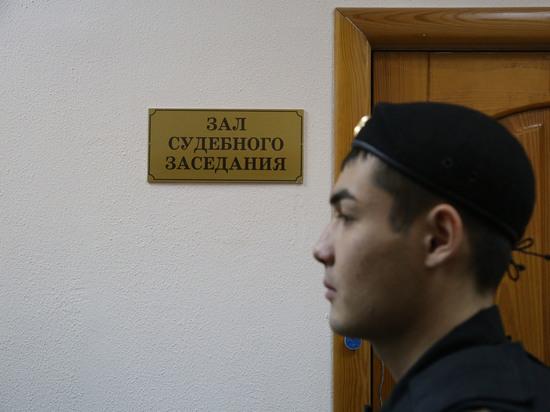 Экс-полицейские, обвиняемые в изнасиловании, пришли в уфимский суд с женами