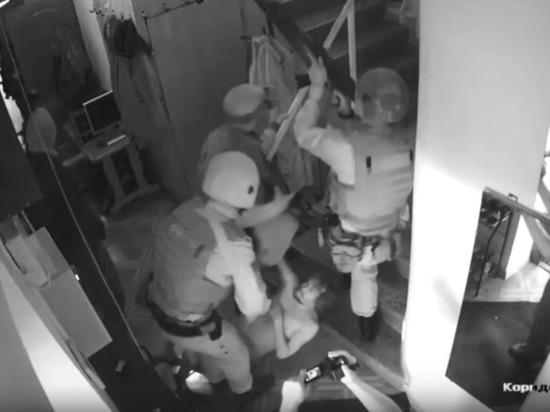 Пятеро с автоматами против одного в трусах: видео обыска у координатора Эковахты Рудомахи