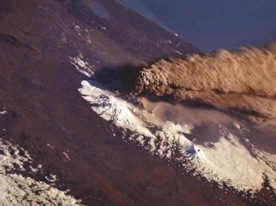 Вулкан на Камчатке выбросил столб пепла высотой свыше 5 км