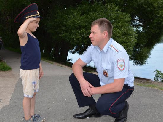 Пермский полицейский спас из горящего дома 8-летнего мальчика и женщину с грудным ребенком