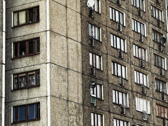 В Смоленске из окна многоэтажного дома упала девушка