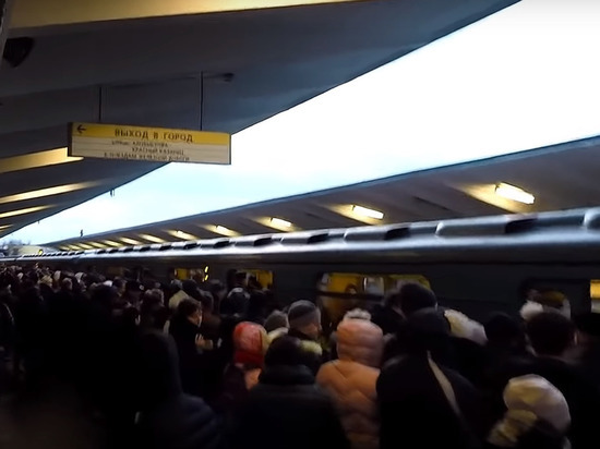 Упавший на рельсы в метро Москвы из-за конфликта мужчина погиб