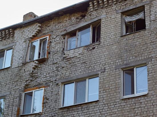 Разваливающийся дом в центре Саратова не хотят признавать аварийным