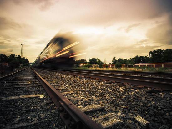26-летнюю жительницу Усть-Кута сбил грузовой поезд