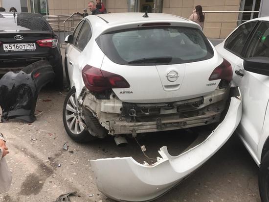 На парковке магазине пенсионер задавил пешехода и протаранил четыре автомобиля