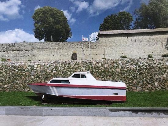 Псковичи спасли от сдачи в металлолом пограничный катер: он украсит крепостную стену