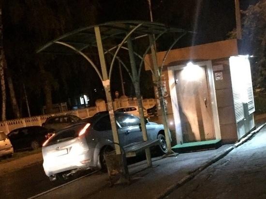 Парковка с пассажирского места. В Новомосковске авто въехало в палатку