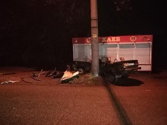 Трое в больнице: в Тракторозаводском районе парни на ВАЗ-2107 протаранили столб