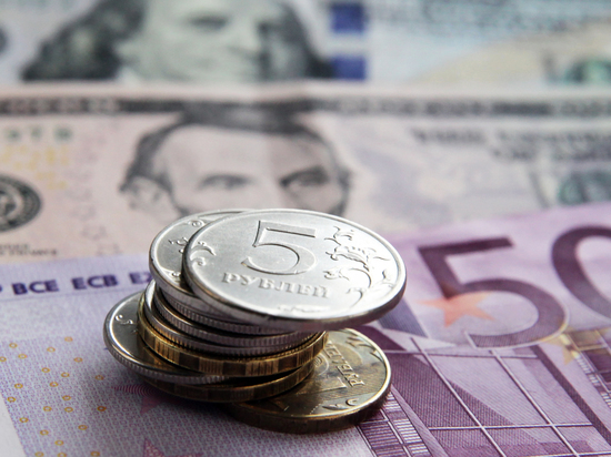 Рубль обвалился к доллару и евро