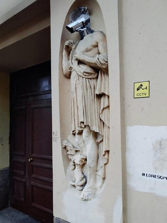 Из юноши без головы уличный художник сделал киборга