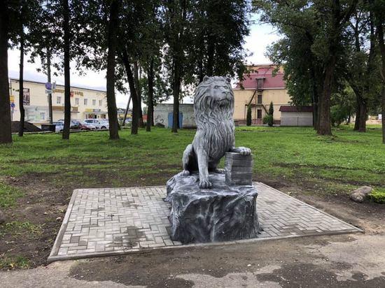 «Знание - сила»: в рославльском парке появился новый арт-объект