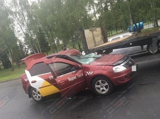 Курский таксист заехал под грузовик по пути к клиенту