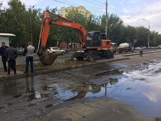 В Липецке возле ДС «Звездный» прорвало магистральный водопровод
