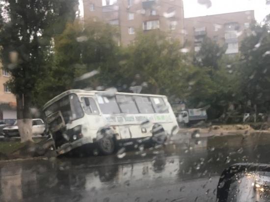 В Липецке маршрутка с пассажирами провалилась в яму