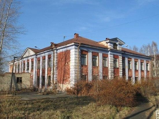 Школьные ошибки мэрии: в Екатеринбурге сносят очередной объект сталинского ампира