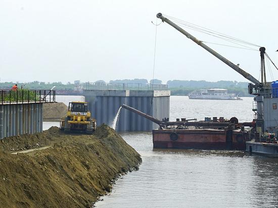 Строительство защитной дамбы продолжается в Хабаровске