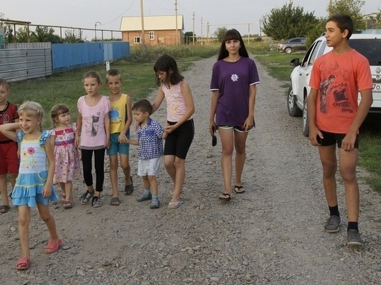 Больше четверти детей в России оказались за чертой бедности