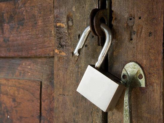 В Грачевском районе мужчина сбил замок ломом и обокрал пенсионерку 