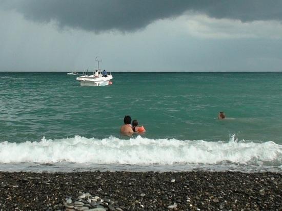 Две туристки упали за борт с катера во время морской прогулки в Сочи