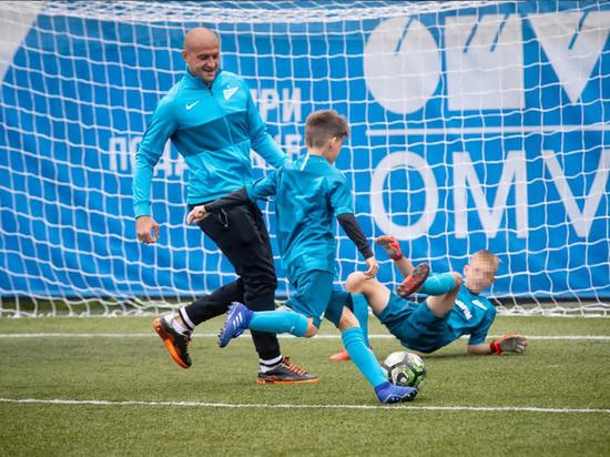 45 юных участников «Большого фестиваля футбола» посетили 7 августа тренировочную базу «Зенита» и встретились с игроками основного состава команды