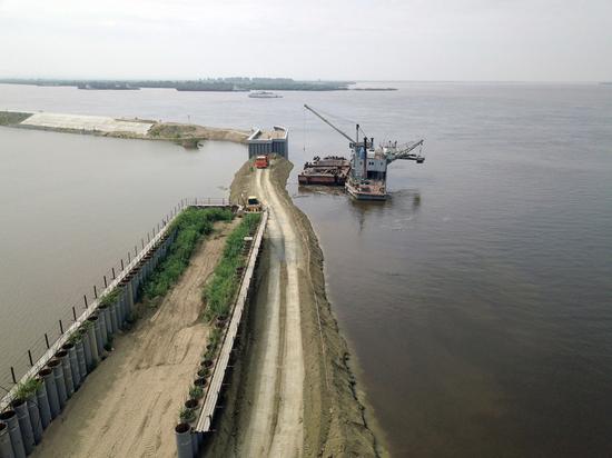 Хабаровск от паводка спасли защитной дамбой
