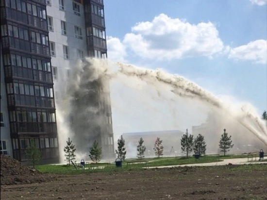 Барнаульский водоканал минимизирует неприятных запах возле дома, где произошел порыв канализации