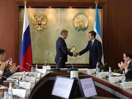 Радий Хабиров вручил первым восьми медикам сертификаты на миллион рублей