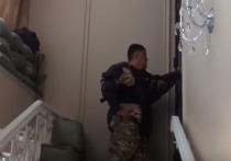 Журналисты Kaktus Media опубликовали видео переговоров заместителя министра внутренних дел Киргизии Курсана Асанова, который уговаривал экс-президента Алмазбека Атамбаева сдаться властям