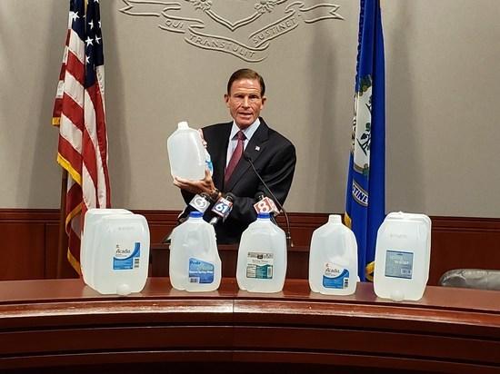 В бутылочной воде, продававшейся в магазинах Whole Foods и в аптеках CVS в Массачусетсе, обнаружены опасные химические компоненты