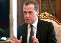 Премьер-министр России Дмитрий Медведев сообщил в пятницу, что РФ будет продолжать поддерживать и помогать Киргизии